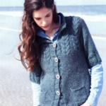 Жакет с укороченным рукавом и карманами вязаный спицами